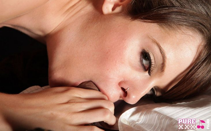 Брюнетка с волосатой пиздой любит подставлять жопу в сапогах